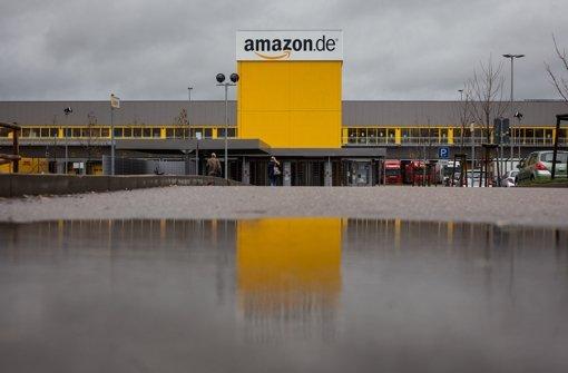 Ginge es nach dem Willen von Amazon, dann müssten sich die Streikenden in Pforzheim vom Eingang deutlich entfernt aufhalten – das Landesarbeitsgericht sieht es anders. Foto: dpa