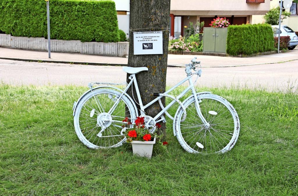 Das Velo  am Kreisverkehr Landauer-/Deidesheimer Straße erinnert an den 80-jährigen Radler, der dort bei einem Unfall schwer verletzt wurde und am 22. Juni seinen Verletzungen erlag. Foto: Bernd Zeyer