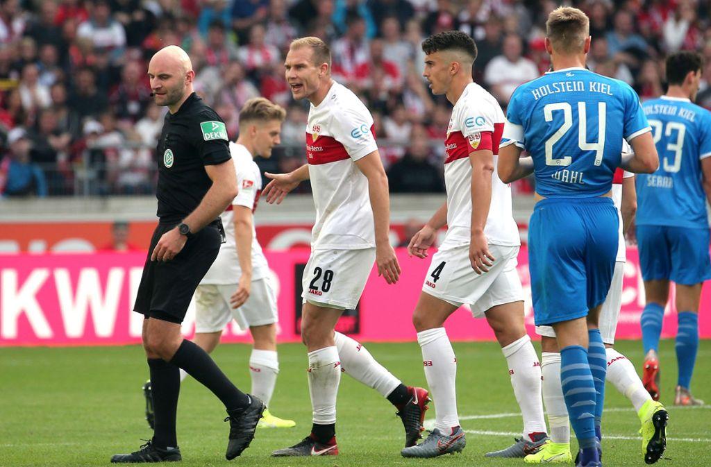 Das Bild, das vom Spiel bleibt: Holger Badstuber vom VfB Stuttgart muss mit Gelb-Rot vom Platz. Foto: Pressefoto Baumann/Julia Rahn