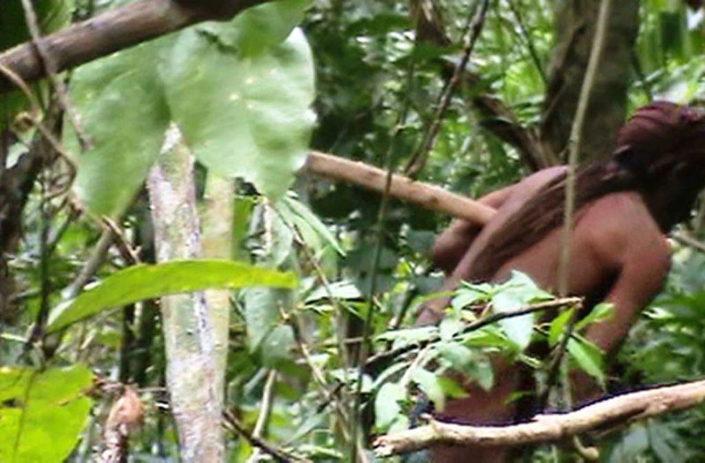 Dieses Standbild eines Videos zeigt einen Ureinwohner im brasilianischen Amazonas-Gebiet, der offenbar der letzte Vertreter seines Volkes ist. Alle anderen Stammesmitglieder wurden wahrscheinlich von Viehzüchtern getötet. Foto: AP/Fundação Nacional do Índio (Funai)