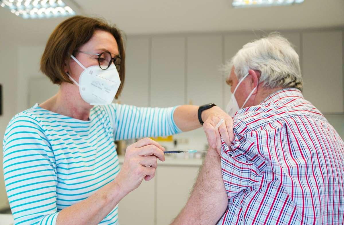 Bayern will sich Ende Mai von der Impf-Priorisierung lösen. (Symbolbild) Foto: dpa/Nicolas Armer