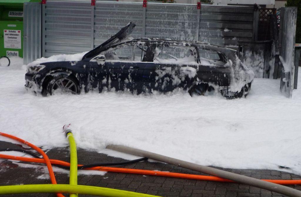 Der VW fängt nach der Aktion Feuer und brennt noch auf dem Tankstellengelände komplett aus. Foto: Polizei Wiesbaden