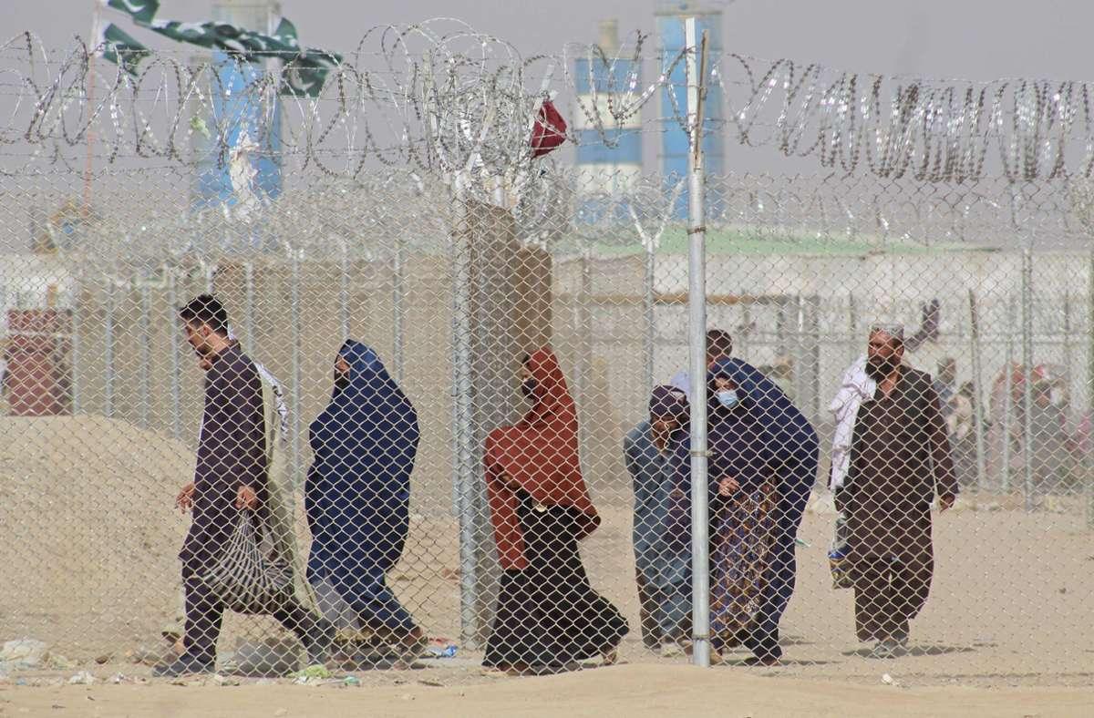 Afghanische Flüchtlinge überschreiten die Grenze nach Pakistan. Foto: AFP