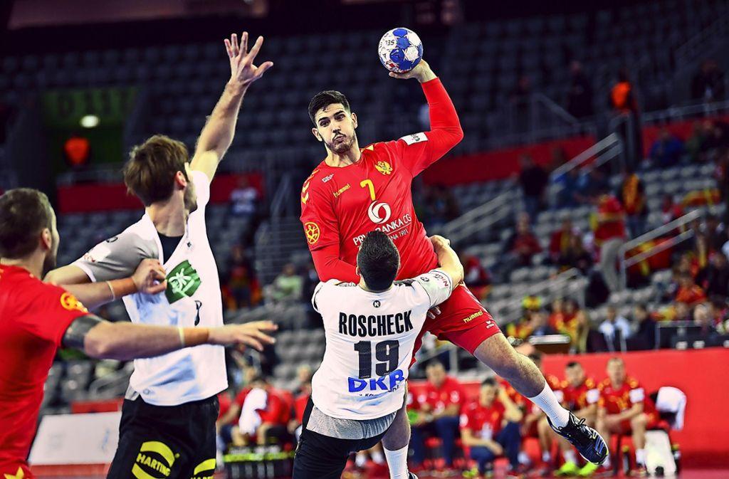 Aufopferungsvolles Zweikampfverhalten erfordert das deutsche Abwehrsystem: Bastian Roscheck setzt es gegen Montenegros Stefan Cavor um. Foto: dpa