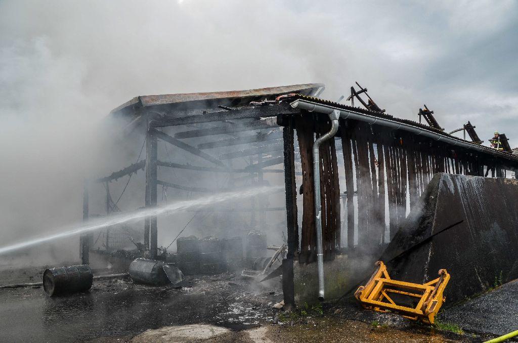 Am Samstagvormittag ist es in Großerlach-Schönbronn zu einem Gebäude-Vollbrand gekommen. Insgesamt waren 90 Einsatzkräfte der Feuerwehr im Einsatz, um den Brand zu löschen. Der Schaden ist immens. Foto: SDMG