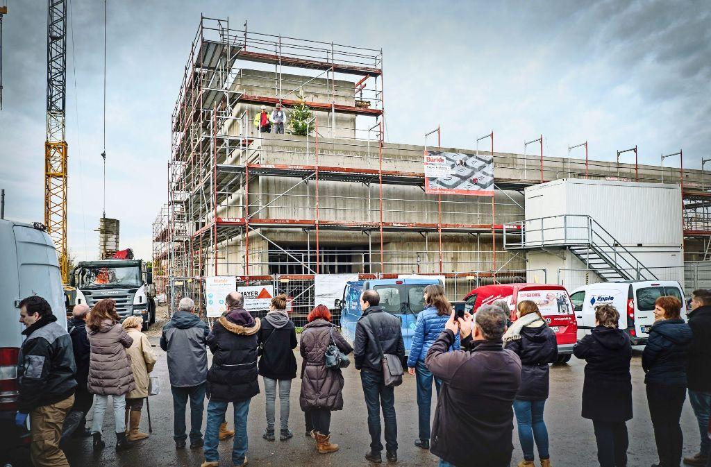 Der Rohbau der neuen Kirche St. Peter steht. Das wurde beim Richtfest gebührend gefeiert. Foto: Lichtgut/Achim Zweygarth