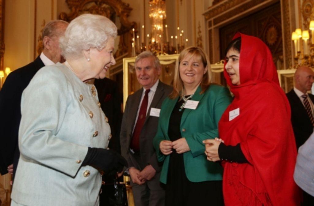 Queen Elizabeth II. war sichtlich beeindruckt von der Stärke der 16-jährigen Pakistanerin Malala, die von einem Talibankämpfer in den Kopf geschossen wurde. Foto: Getty Images Europe
