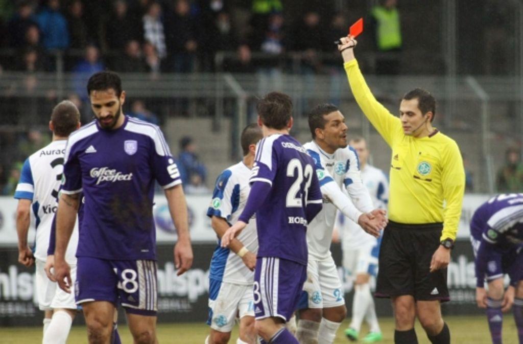 Der Kickers-Verteidiger Patrick Auracher sieht gegen Osnabrück die rote Karte. Foto: Pressefoto Baumann