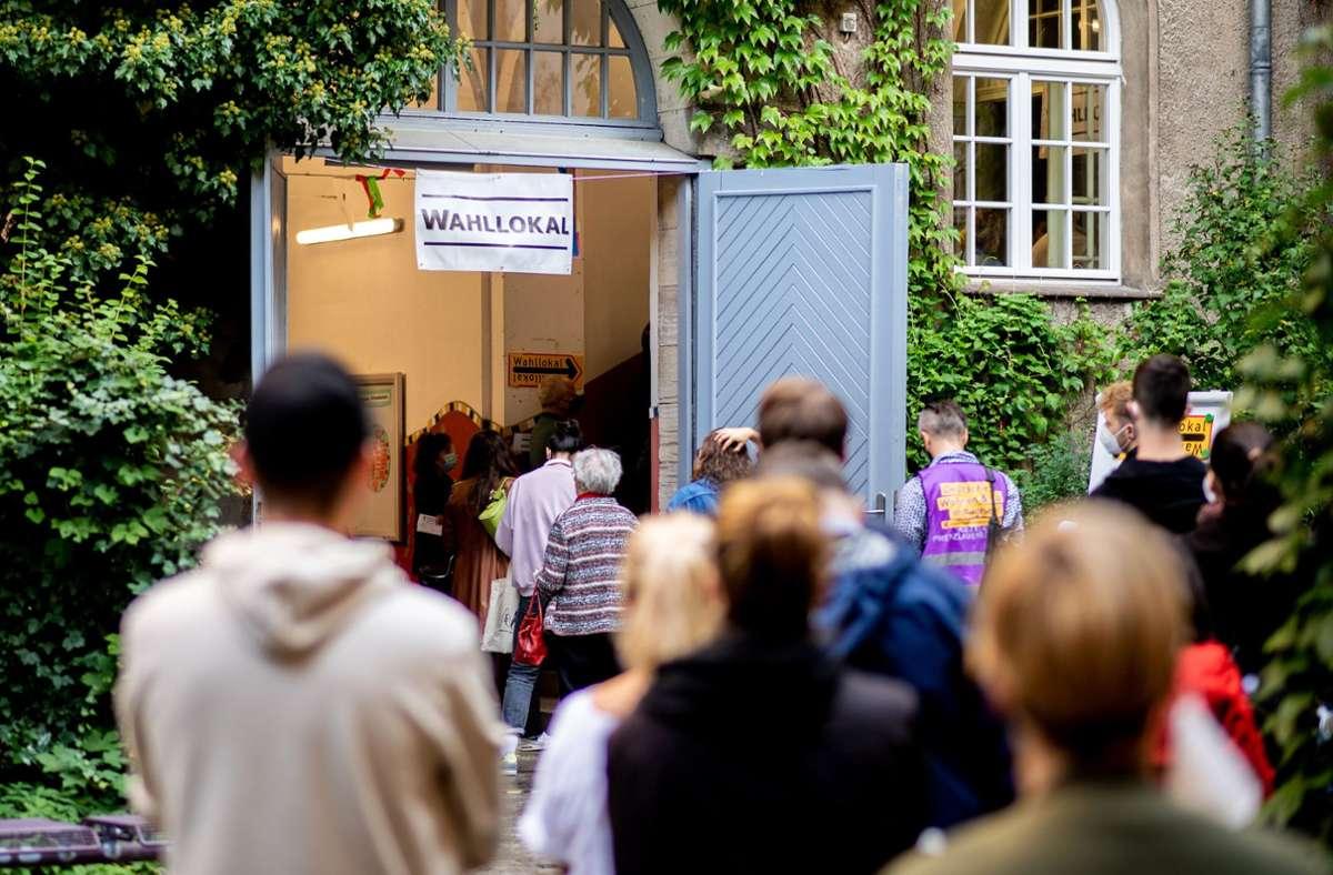 Zahlreiche Wählerinnen und Wähler warten im Stadtteil Prenzlauer Berg in einer langen Schlange vor einem Wahllokal, das in einer Grundschule untergebracht ist. Foto: dpa/Hauke-Christian Dittrich