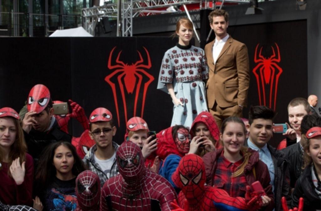 Die US-Schauspieler Emma Stone und Andrew Garfield posieren vor Fans anlässlich der Deutschlandpremiere des Kinofilms Spider-Man 2: Rise of Electro am Dienstag in Berlin. Foto: dpa