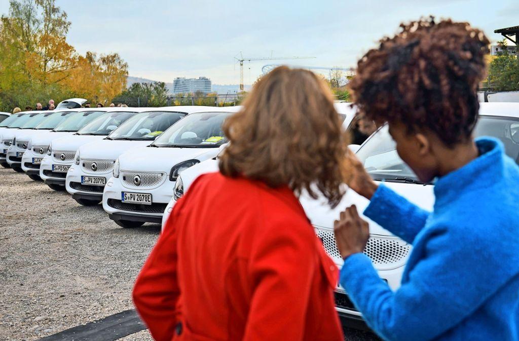 Ehrenamtliche bestaunen die neuen Fahrzeuge Foto: Lichtgut/Max Kovalenko