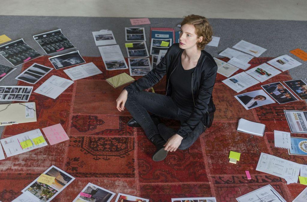 Währrenddessen sitzt seine Freundin in der gemeinsamen Wohnung und wühlt sich durch Maria Voss' Leben. Sie macht dabei erstaunliche Entdeckungen.  Foto: Radio Bremen/ARD