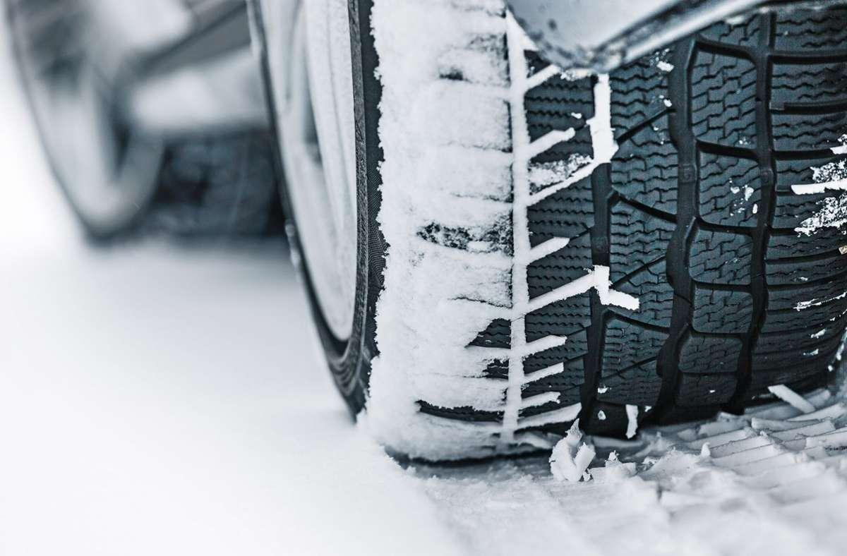 Der Grund für den Unfall war Schnee auf der Straße. (Symbolbild) Foto: dpa/Dekra/Dekra