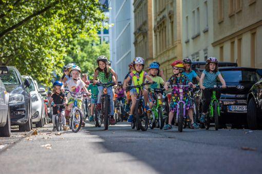 Kinder radeln für eine fahrradfreundliche Stadt