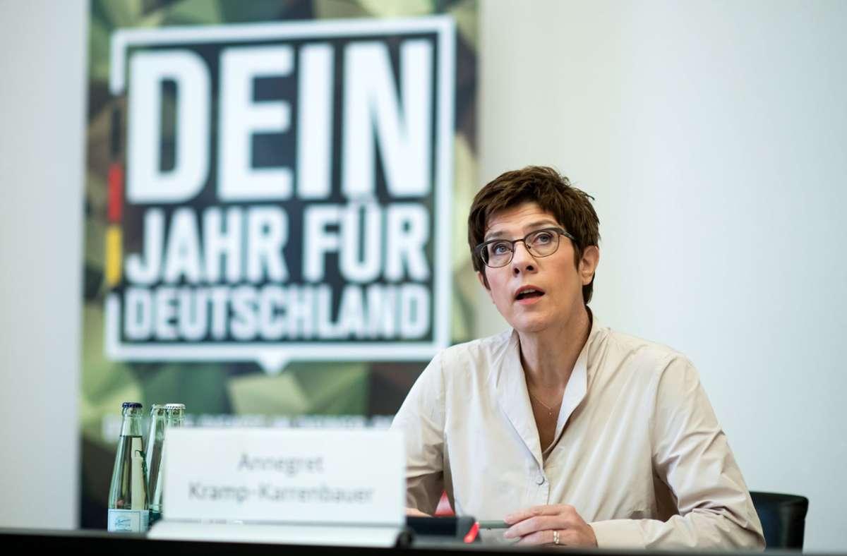 """Kramp-Karrenbauer: Den Freiwilligen soll""""kompakt und intensiv das militärische Rüstzeug"""" vermittelt werden. Foto: dpa/Bernd von Jutrczenka"""