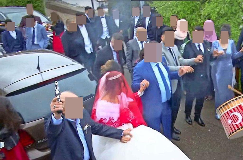 Fröhliche Hochzeitsrunde mit Salut-Schüssen: die Polizei ermittelt inzwischen wegen des Waffeneinsatzes. Foto: Dogru Film / Youtube