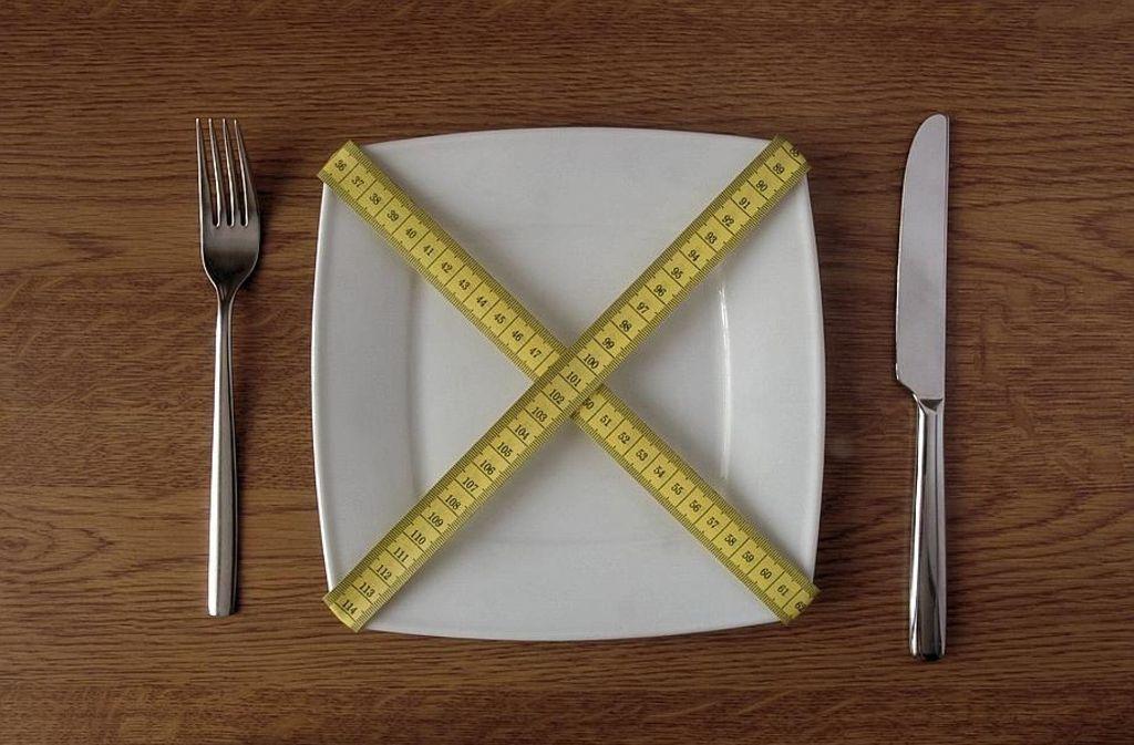 Abnehmen ist nicht das Ziel beim Heilfasten – die Umstellung auf eine gesunde Ernährung kann es aber erleichtern. Foto: dpa