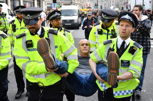Polizei nimmt mehr als 300 Klimaschützer in London fest