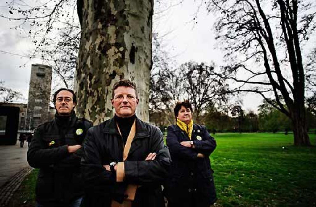 Sie wollen nicht hinnehmen, dass die alten Bäume gefällt werden: Oliver Guhse, Joris Schoeller und Ursula Binder engagieren sich beim Widerstand gegen Stuttgart 21. Foto: Heiss