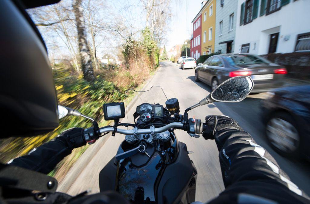 Der Esslinger Motorrad-Rowdy entkam der Polizei  zunächst– allerdings dauerte es nicht lange, bis die Beamten ihm  auf die Spur kamen. Foto: dpa