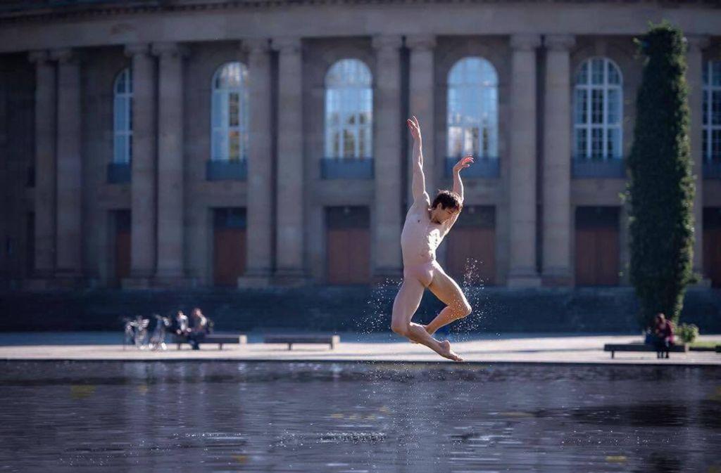 Das Foto von  Ballettstar Friedemann Vogel im Eckensee   vor dem Stuttgarter Opernhaus  sorgt in den sozialen Medien für große Begeisterung. Foto: Roman Novitzky