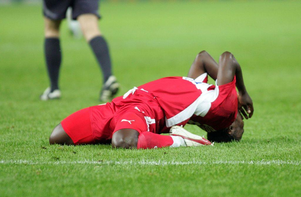 Pokalfinale 2007: Arthur Boka leidet sichtlich. Emotional  angeschlagen sind momentan auch viele VfB-Fans, weil es nicht rund läuft. Foto: /Baumann