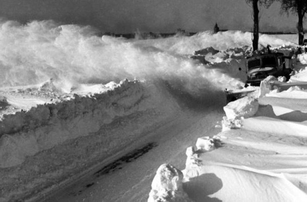 Die Schneefahrzeuge sind im Dauereinsatz. Foto: dpa