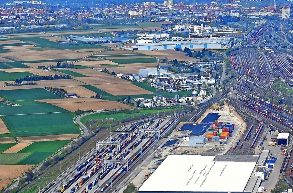 Links im Bild sind die farbigen Container und die vier Kräne zu sehen. Planungsrechtlich könnten zwei weitere Kräne hinzukommen. Foto: Werner Kuhnle