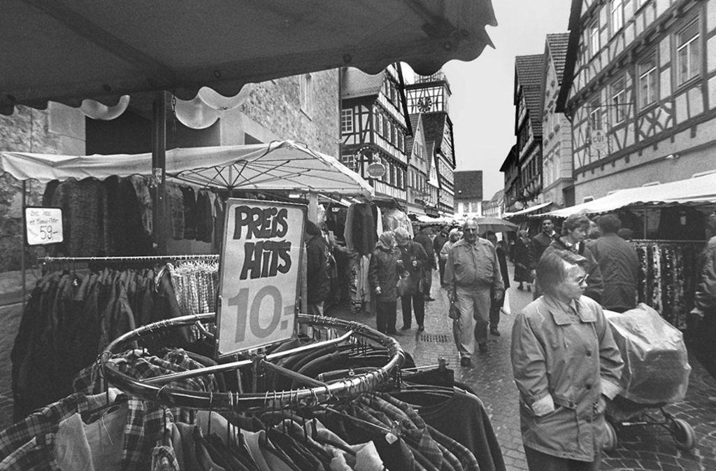 Die Preise haben sich seit dem Jahr 1997, in dem dieses Bild entstanden ist, geändert. Die Anziehungskraft des Tages der offenen Türe zum Märzenmarktwochenende in Kirchheim ist geblieben. Foto: Archiv