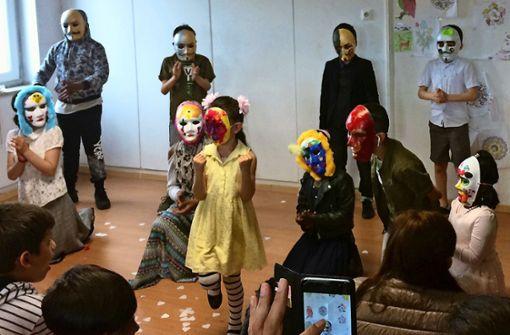 Flüchtlingskinder betreten die Schauspielbühne