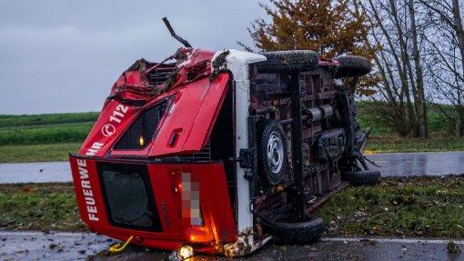 Feuerwehrauto überschlägt sich mehrfach