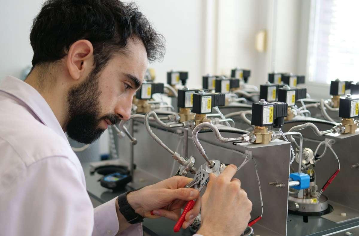Der Humboldt-Stipendiat Cyprien Verseux vom Zentrum für angewandte Raumfahrttechnologie und Mikrogravitation (ZARM) an der Universität Bremen im Labor. Er untersucht, inwieweit sich Cyanobakterien unter Mars-ähnlichen Bedingungen vermehren. Foto: ZARM/Universität Bremen/dpa