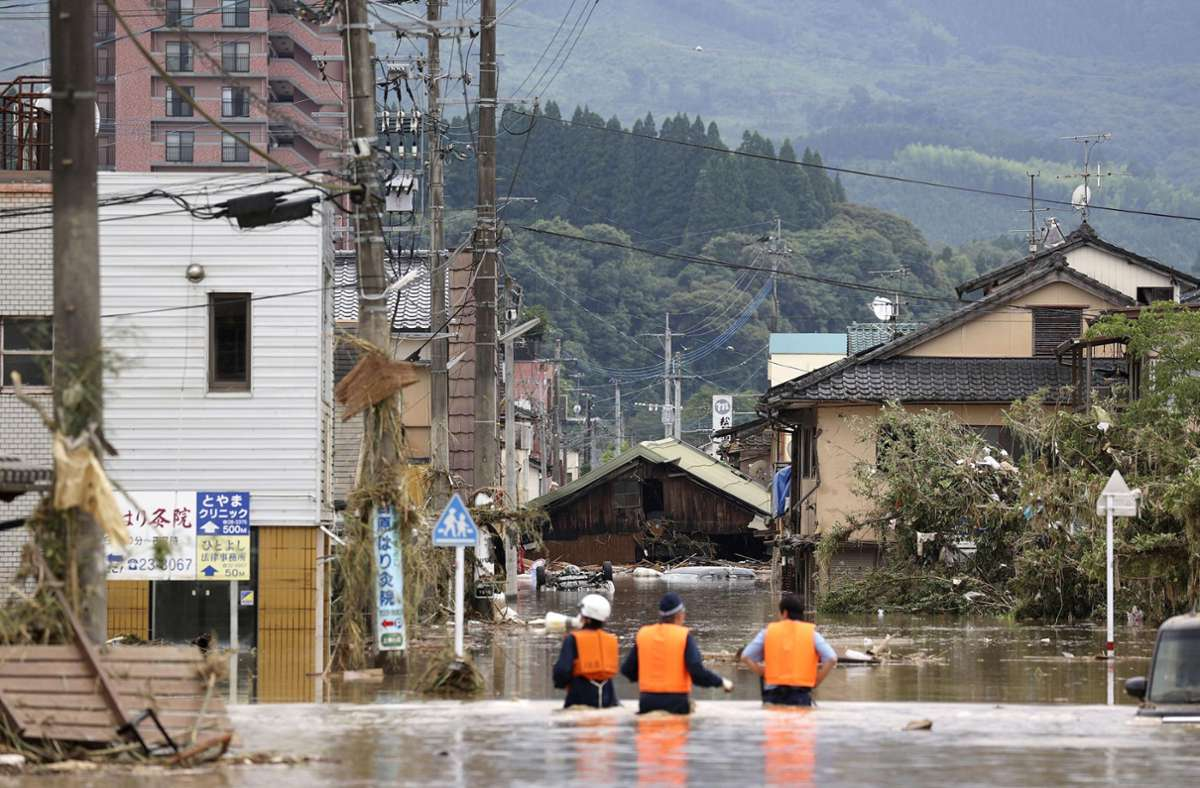Polizeikräfte halten Ausschau nach Überlebenden in Hitoyoshi. Foto: AP/Takumi Sato