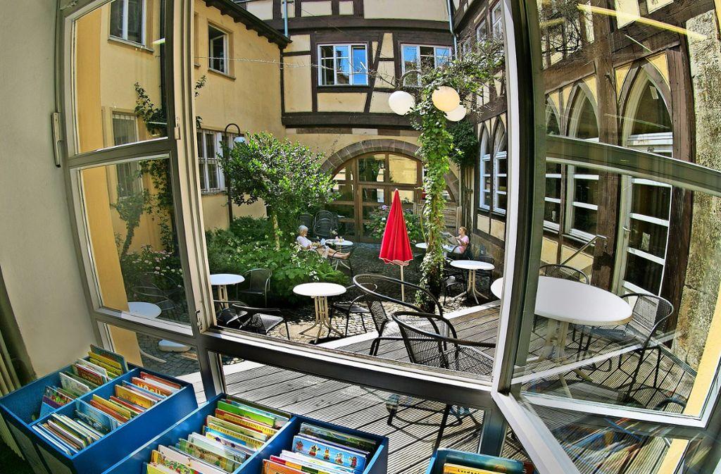 Den Innenhof in der Bücherei wird es in Zukunft so nicht mehr geben – selbst wenn die Bücherei im Bebenhäuser Pfleghof bleibt. Foto: Horst Rudel