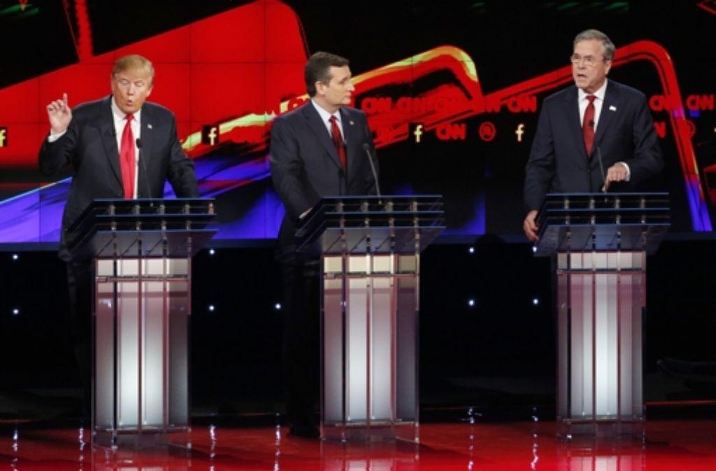 Donald Trump (links) und Jeb Bush (rechts, in der Mitte Ted Cruz) haben sich in der Debatte nichts Nettes zu sagen. Foto: AP