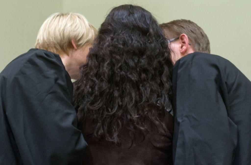 Die Angeklagte Beate Zschäpe (Mitte) zwischen ihren Anwälten Anja Sturm (links) und Wolfgang Heer. Foto: dpa