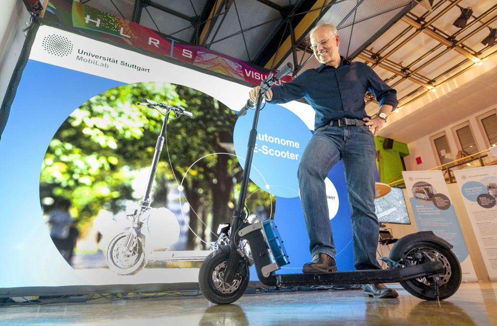 Frank Allgöwer  stellt den  selbstfahrenden E-Scooter vor. Foto: Lichtgut/Leif Piechowski