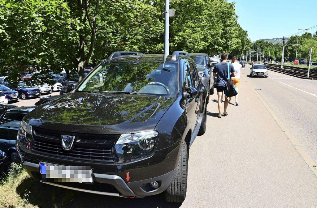 Entlang  der Inselstraße, oberhalb des Inselbad-Parkplatzes,  wird der Gehweg zugestellt. Fußgänger und Radler haben kaum Platz. Foto: red