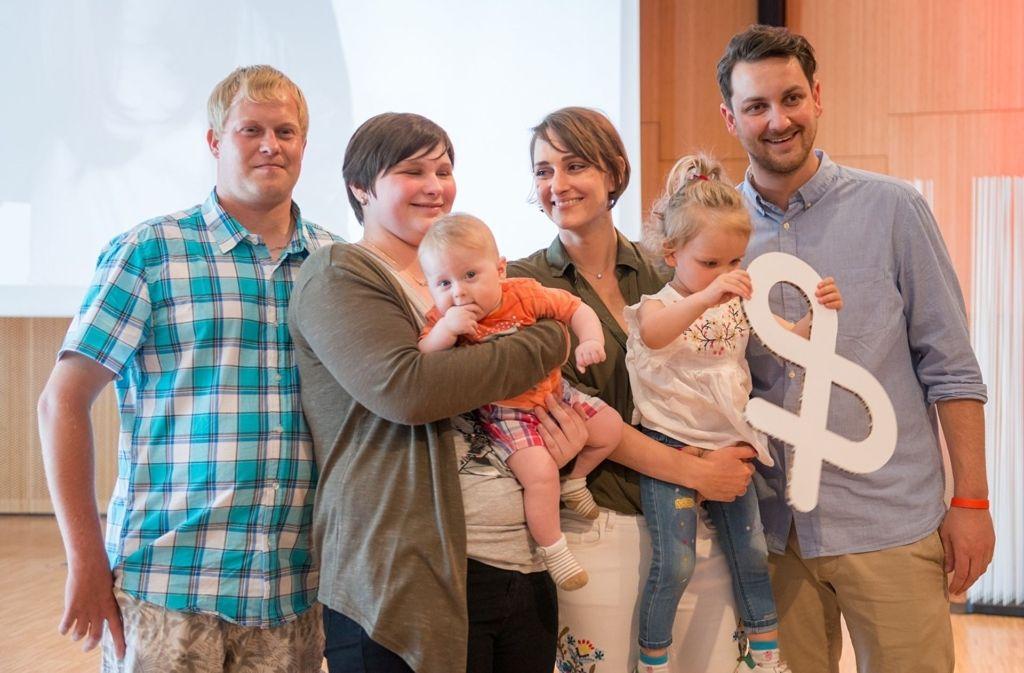 Eva Fidler (dritte von rechts) trifft mit Tochter Emilia und Mann David ihre Stammzellspenderin Justin Viktoria Wolf (zweite von links) und deren Familie. Foto: DKMS