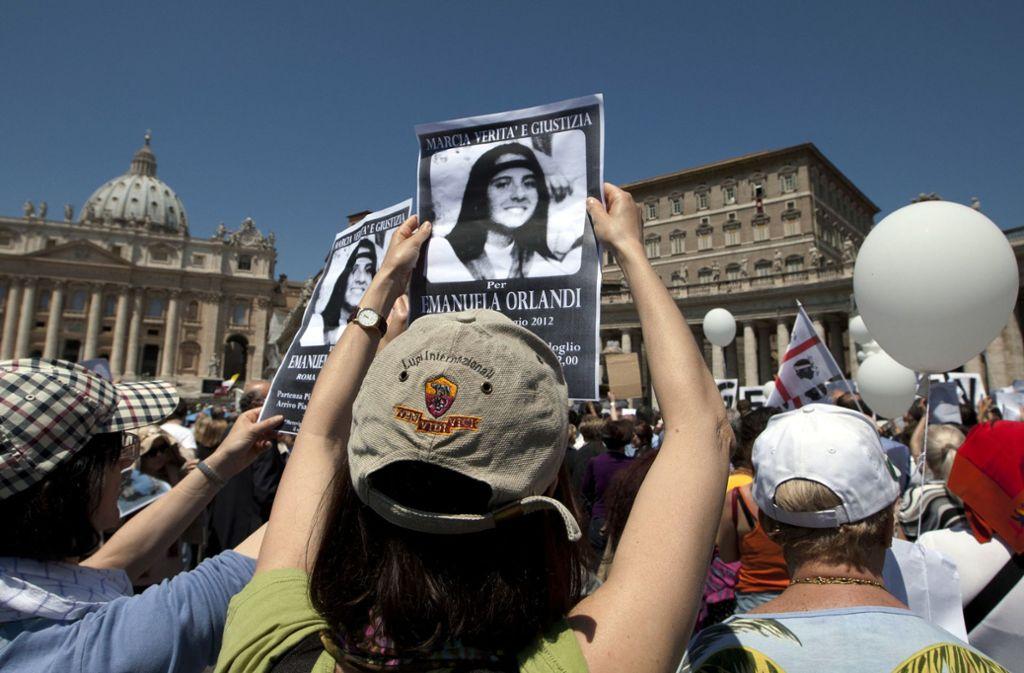 Demonstranten halten auf dem Petersplatz Bilder von der seit 1983 verschwundenen 15-jährigen Tochter eines Vatikan-Hofdieners, Emanuela Orlandi, in die Höhe. Foto: AP