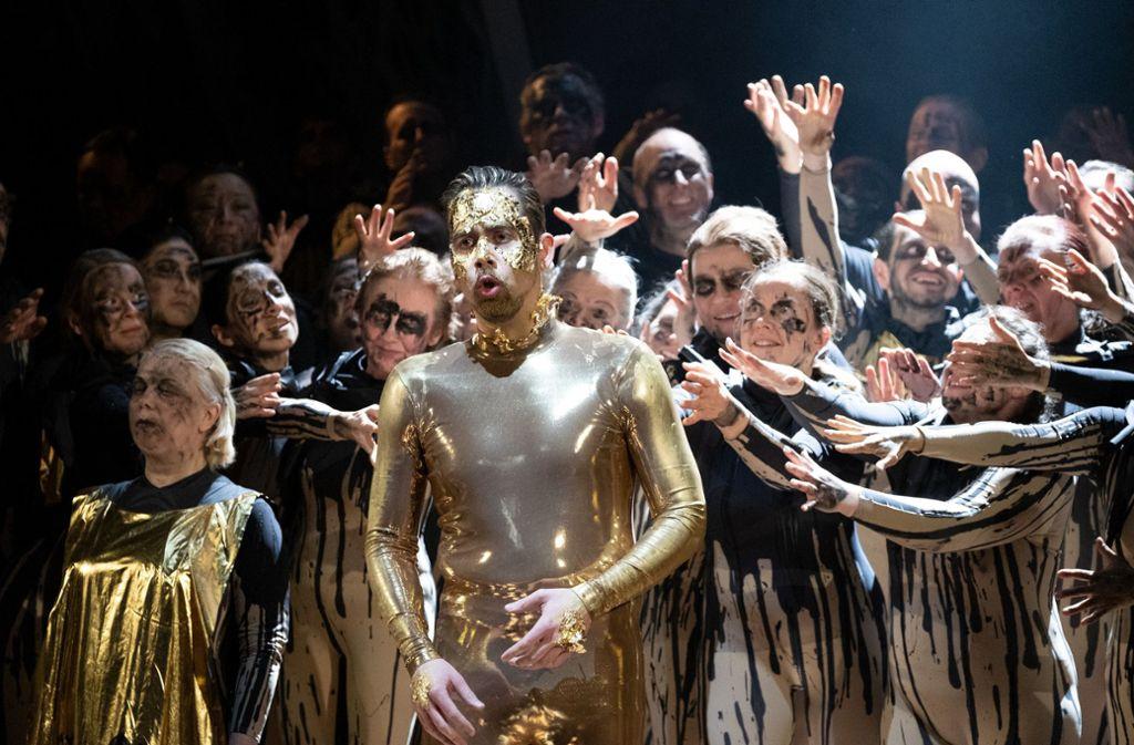 Der Opernsänger Adam Palka in der Rolle  des Boris Godunow mit Ensemblemitgliedern Foto: dpa