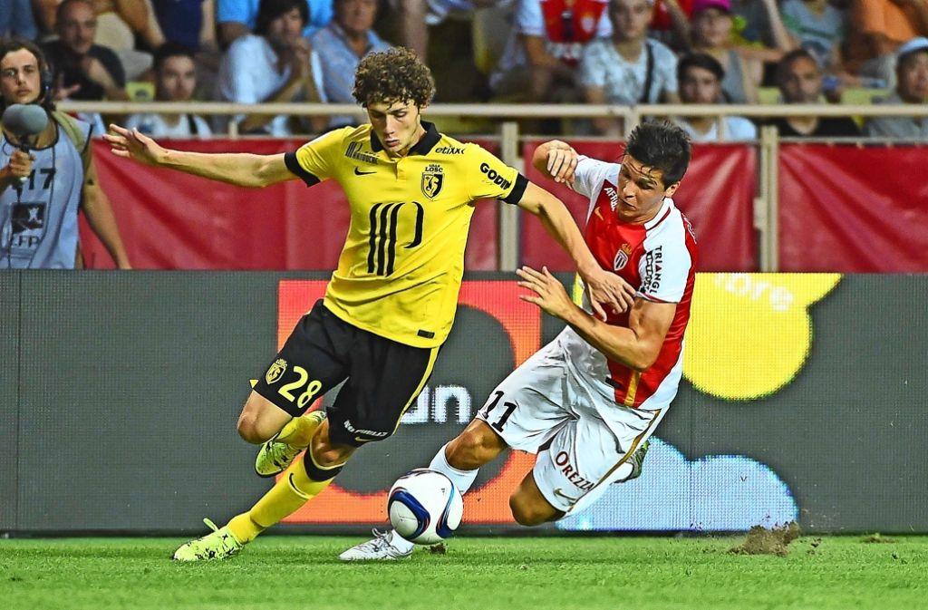 Benjamin Pavard (links) könnte beim VfB Stuttgart noch an diesem Montag vorgestellt werden. Foto: EPA