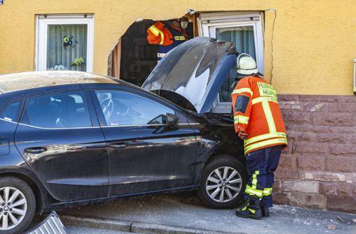 Autofahrerin verliert Kontrolle über Auto und kracht in Wohnzimmer