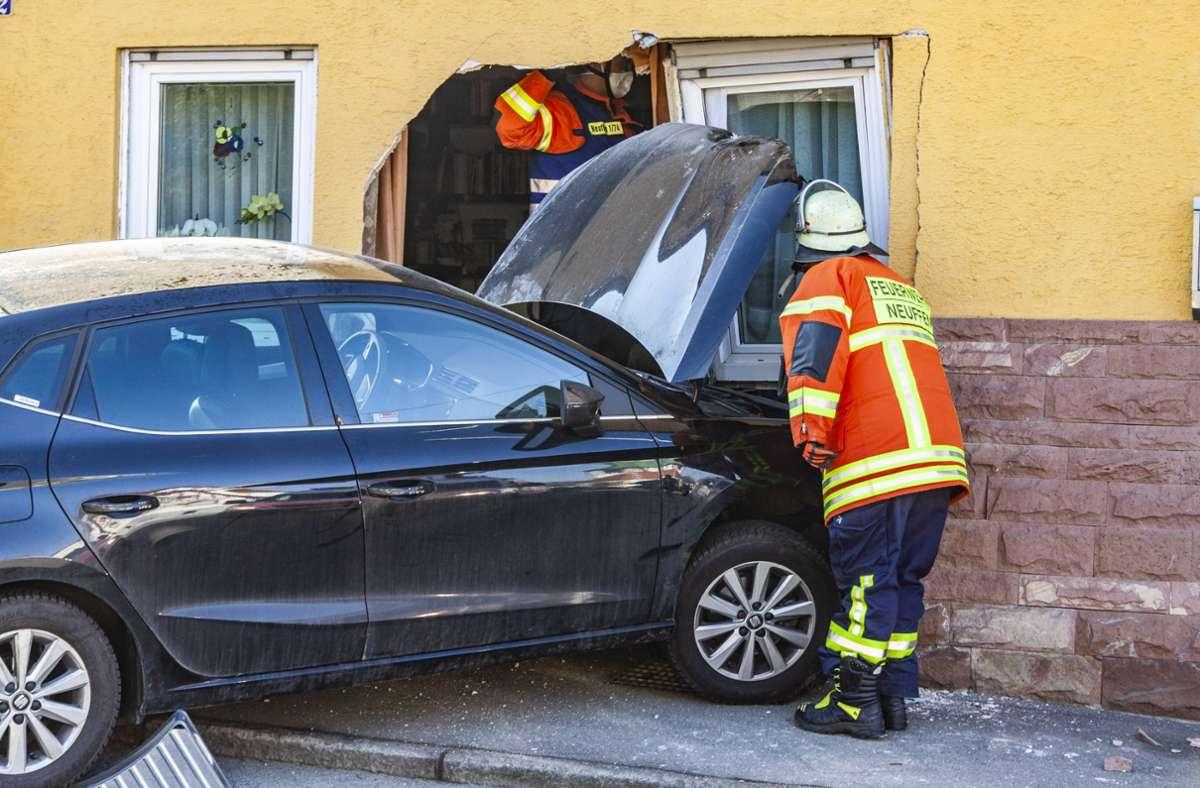 Die Feuerwehr war zur Bergung des Wagens und Sicherung des Wohnhauses mit 5 Fahrzeugen und 27 Einsatzkräften vor Ort. Foto: 7aktuell.de/Tim Schips