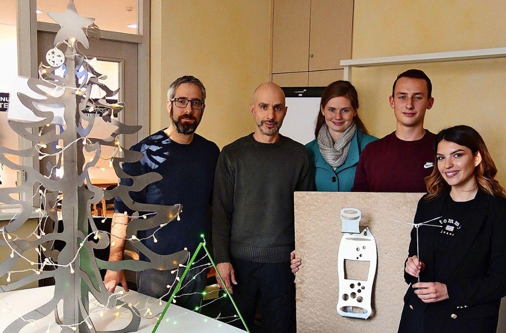 Die Ausbilder Steffen Kommode, Peter Andrianos und Sabine Stelly präsentieren  mit den Azubis Tim Holderle und Sezen Altinay (von links)  neue Produkte. Foto: Ingrid Sachsenmaier