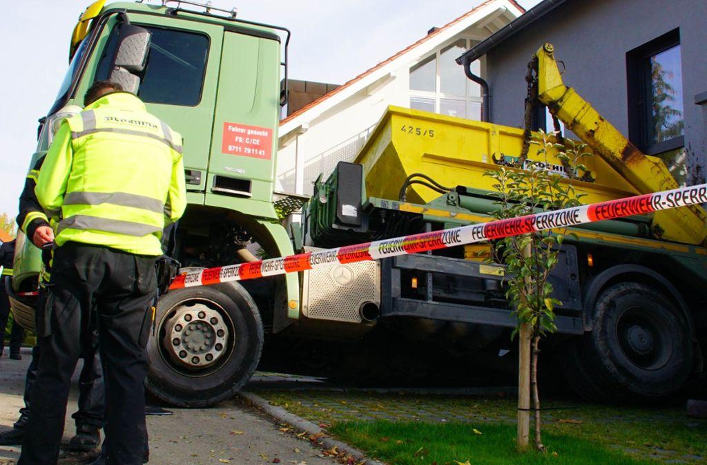 In Stuttgart-Feuerbach ist ein Lastwagen in einen Wohnhaus gerollt. Foto: Andreas Rosar Fotoagentur-Stuttg