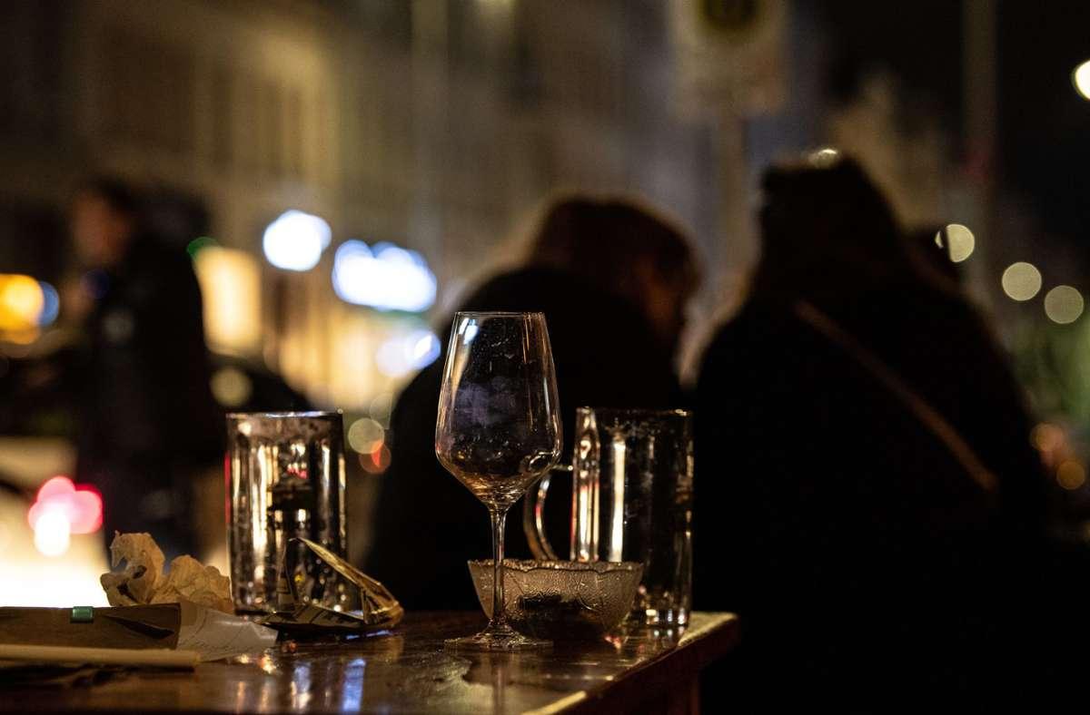 Um 23 Uhr müssen  Gaststätten im Rems-Murr-Kreis jetzt spätestens schließen. Foto: dpa/Paul Zinken