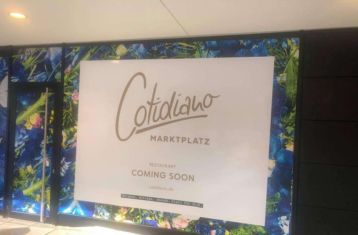 """""""Coming soon"""" steht auf dem zugehängten Breuninger-Schaufenster zur Marktplatzseite. Foto: ubo"""