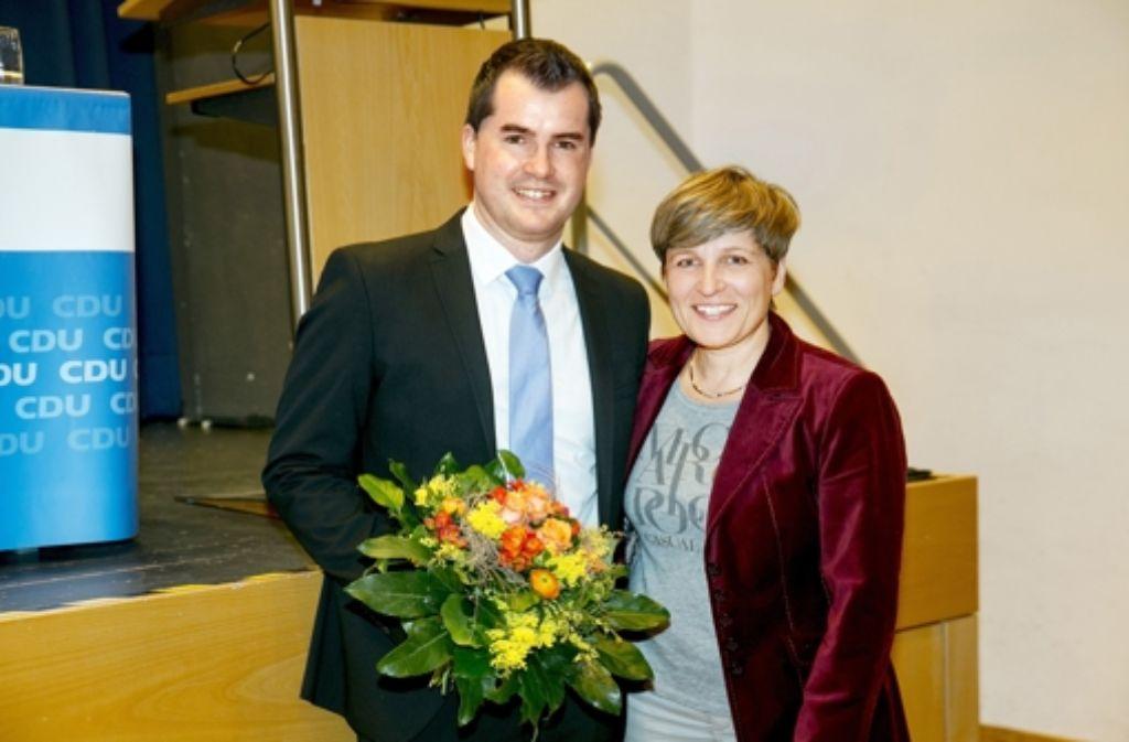 Die CDU-Kreisvorsitzende Nicole Razavi gratuliert Simon Weißenfels zu seiner Nominierung. Der 28-jährige Student aus Süßen will im Wahlkreis Göppingen das Direktmandat bei der Landtagswahl 2016 erringen. Foto: Horst Rudel