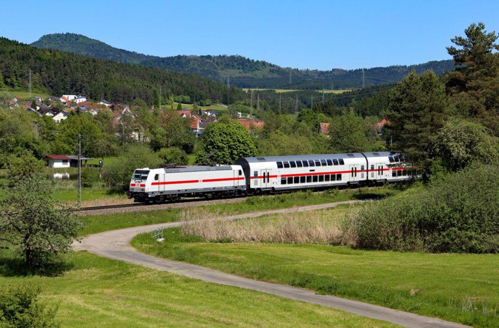Die Doppelstockzüge der Deutschen Bahn auf der Gäubahn sehen schick aus. Aber in die Schweiz dürfen sie nicht fahren. Foto: Deutsche Bahn AG/Benedikt Stahl
